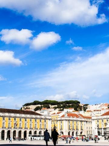 Städtetrip nach Lissabon – Hügel, Fluss und Mee(h)r - Platz und Hügel Lissabon (c) Verena Berbüsse.jpg für www.reise-berichten.de